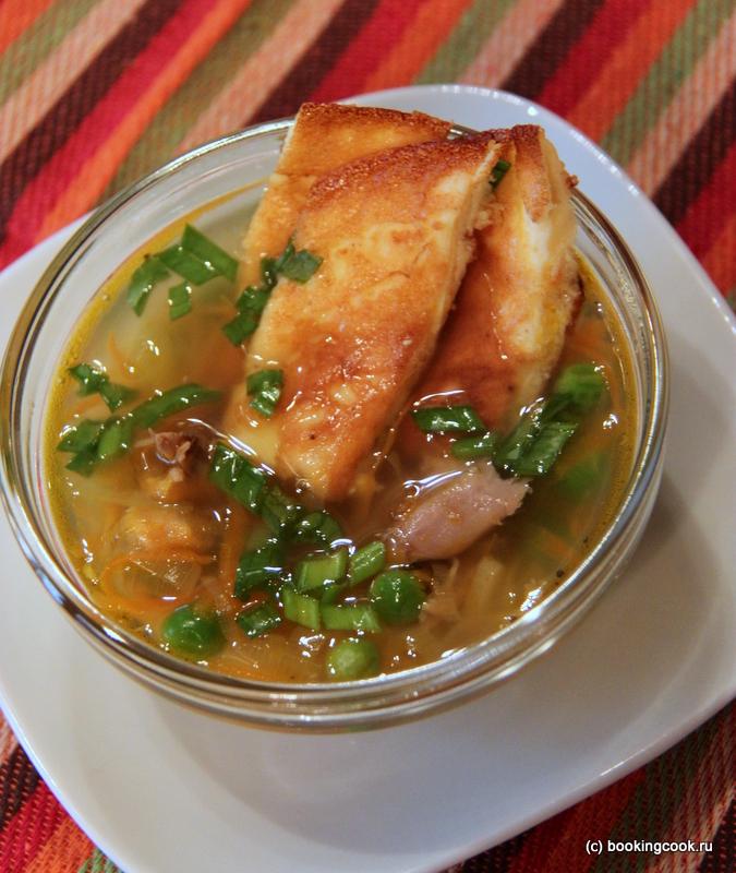 Куриный суп с омлетом и зеленым горошком