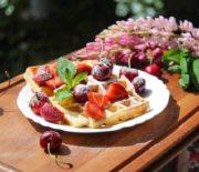 Творожные вафли с фруктами