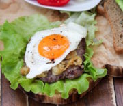 Рубленый бифштекс с яйцом: мужская кухня