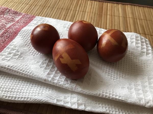 Пасха: делаем узоры на пасхальных яйцах