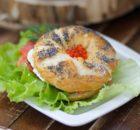 Бейгл с лососем и творожным сыром: на завтрак