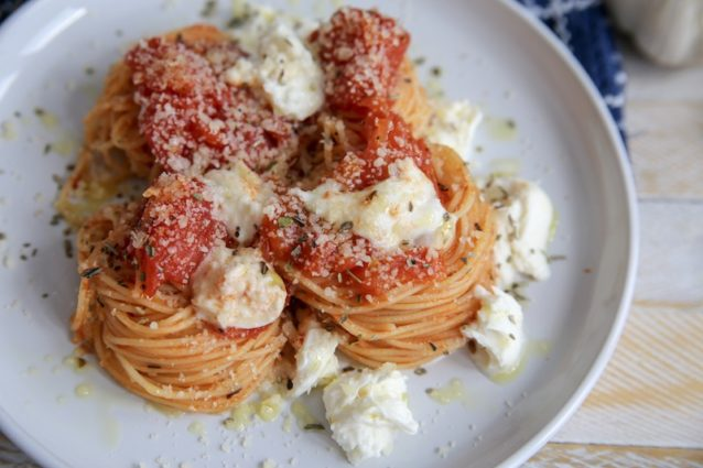 Рецепт простой пасты: с томатами и моцареллой