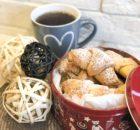 Рогалики творожные с орехами: выпечка к завтраку