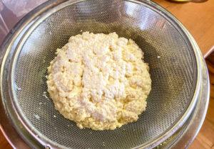 переворачиваем и солим сыр
