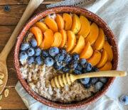 Каша из дробленой полбы с фруктами и медом